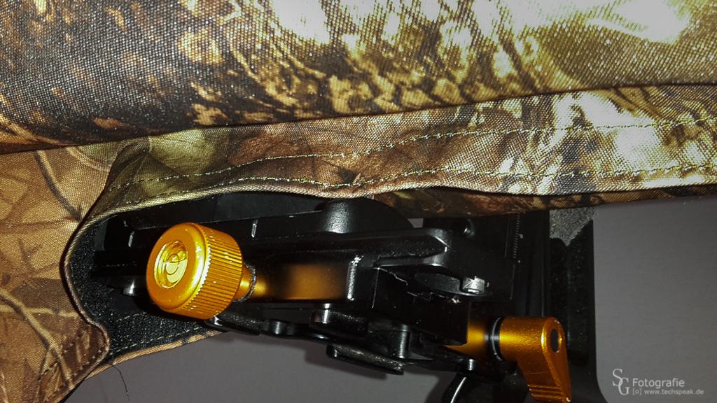 Durch den Klettverschluss kann man den Stoff so anbringen oder überziehen, dass man das Objektiv auch noch gut am Objektivfuß oder der Tele-Schiene oder sonstiges tragen kann.
